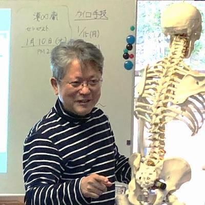 講師倉津、骨格を用いて説明