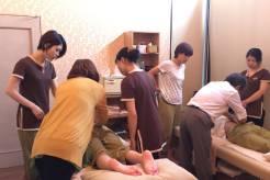 広島スパの併設サロンでの研修風景。講師2名で担当。