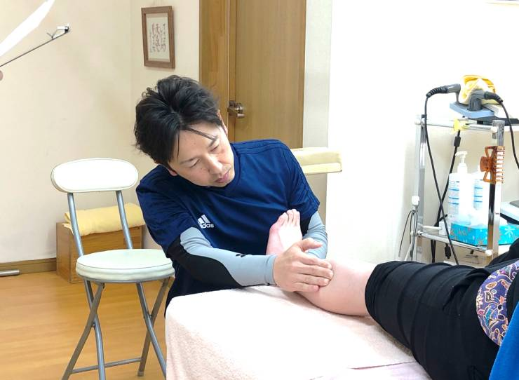 シンプルに的確なラインに手技を行う治療師
