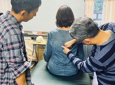 治療院まるごと研修で倉津の指導で学ぶ院長とスタッフ